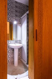 A bathroom at Hotel Toulousain