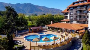 Изглед към басейн в Balkan Jewel Resort & Chalets или наблизо