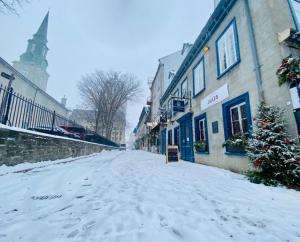 Auberge Place d'Armes during the winter