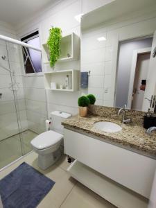 A bathroom at Apartamento novo com 2 dormitórios no centro de Passo Fundo