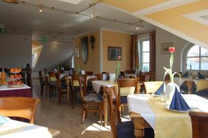 Ein Restaurant oder anderes Speiselokal in der Unterkunft Hotel Königin Olga