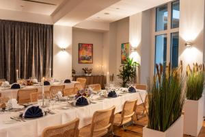 A restaurant or other place to eat at Hotel Aquino Berlin