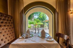 Ein Restaurant oder anderes Speiselokal in der Unterkunft Schloss zu Hopferau