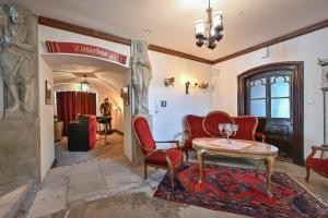 Ein Sitzbereich in der Unterkunft Schloss zu Hopferau