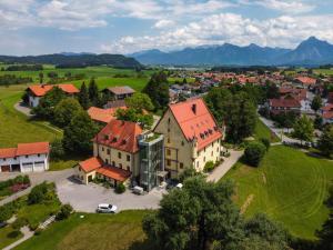 Blick auf Schloss zu Hopferau aus der Vogelperspektive