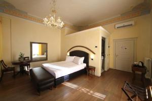 A bed or beds in a room at Classique