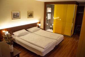 A bed or beds in a room at Goldener Schlüssel
