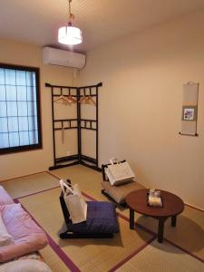 A seating area at Guesthouse Engawa