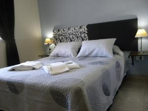 A bed or beds in a room at Hosteria Tia Florita