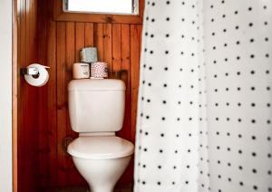 A bathroom at East Lake Travellers Lodge