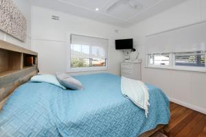 A bed or beds in a room at Gillies Getaway at South West Rocks
