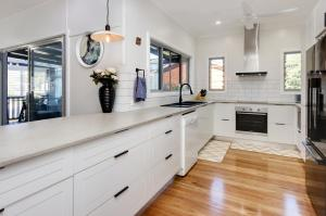 A kitchen or kitchenette at Gillies Getaway at South West Rocks