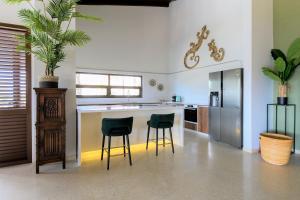 A cozinha ou cozinha compacta de Villa Jan Sofat 45 met privé zwembad
