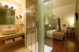 A bathroom at Hotel Korkyra