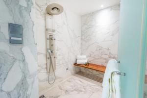 Ένα μπάνιο στο Hilton Athens