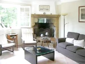 A seating area at House with 4 bedrooms in Cucuron with private pool furnished garden and WiFi
