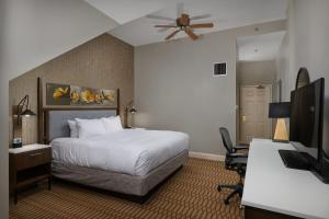 A bed or beds in a room at Virginia Crossings Hotel, Tapestry Collection by Hilton