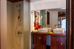 Salle de bains dans l'établissement Bora-Bora Bungalow and Bora-Bora House