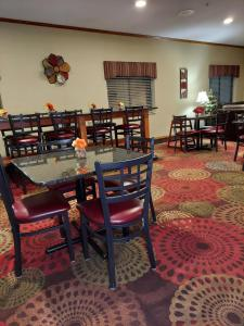 A restaurant or other place to eat at Baymont by Wyndham Portage