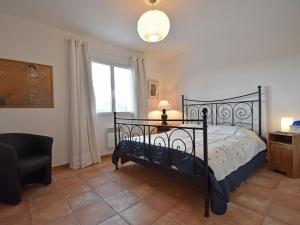 A bed or beds in a room at Comfortable Villa with private pool in Vidauban
