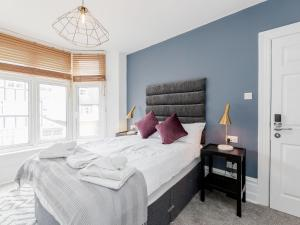 A bed or beds in a room at Urban Holiday Home in Watford near Harry Potter Studios