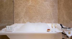 Ванная комната в Tsar Palace Luxury Hotel & SPA