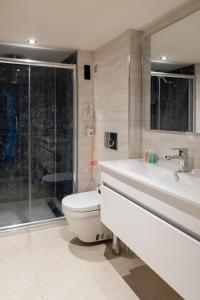 A bathroom at Hotel The Pera Hill