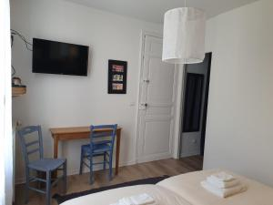 A television and/or entertainment center at Chambres d'Hotes - L'Abri sous Roche