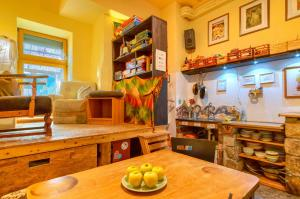 A restaurant or other place to eat at Hostel Lollis Homestay Dresden