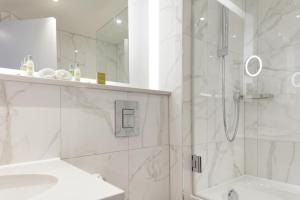 A bathroom at DoubleTree by Hilton Stoke-on-Trent, United Kingdom
