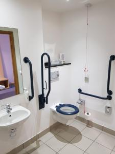 A bathroom at Holiday Inn Express Rotherham – North