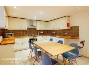 A kitchen or kitchenette at York Place Apartments by Destination Edinburgh