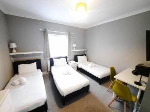 A bed or beds in a room at Addenro Apartments