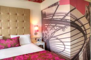 A bed or beds in a room at Hotel Indigo Glasgow