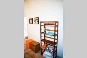 Uma ou mais camas em beliche em um quarto em Spacious Apartment near Palm Beach with Pool