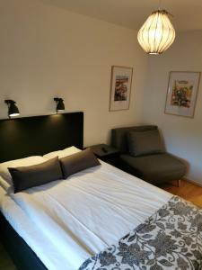 A bed or beds in a room at Hotell Åsen