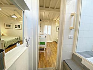 A bathroom at Santo Spirito Suite