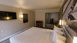 A bed or beds in a room at Super 8 by Wyndham Santa Cruz/Beach Boardwalk East