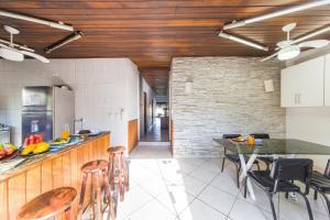 A kitchen or kitchenette at Búzios Samba Hostel