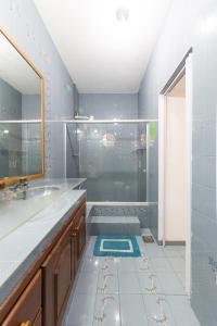 A bathroom at Búzios Samba Hostel