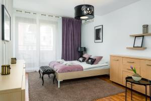 Łóżko lub łóżka w pokoju w obiekcie Sleepway Apartments- Szyperska z parkingiem