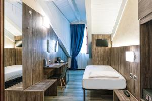 A bed or beds in a room at Hotel Urbani