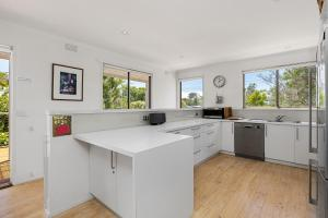 A kitchen or kitchenette at Coastal Retreat in Blairgowrie
