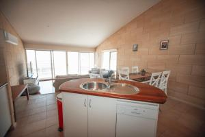 A kitchen or kitchenette at Bayview no 1 - Next to the Beach!