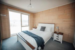A bed or beds in a room at Bayview no 1 - Next to the Beach!