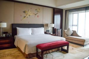A bed or beds in a room at Crowne Plaza Chengdu Panda Garden