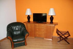 Uma televisão e/ou sistema de entretenimento em Historic Hotel Steinbock