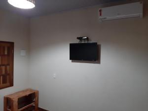 Una televisión o centro de entretenimiento en Camping das Aguas