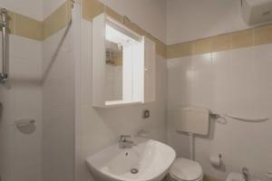 A bathroom at Apartment with one bedroom in Chiaramonte Gulfi with shared pool enclosed garden and WiFi