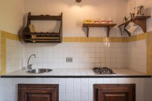 A kitchen or kitchenette at Apartment with one bedroom in Chiaramonte Gulfi with shared pool enclosed garden and WiFi
